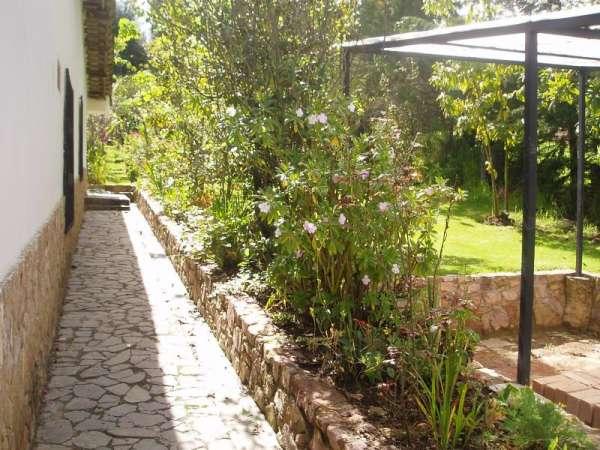 fotos de bella casa de campo con jardines en banios del inca