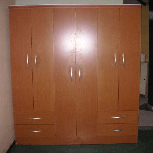 Ropero de 3 cuerpos con 6 puertas comercial ramos ilo for Roperos de madera para dormitorios