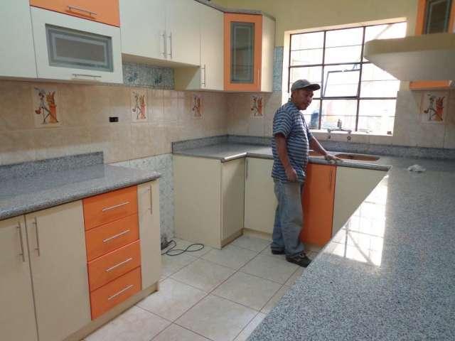 Cocinas empotradas de marmol imagui for Trabajos en granito para cocina