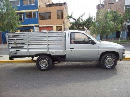 Vendo camioneta nissan pick up con barandas