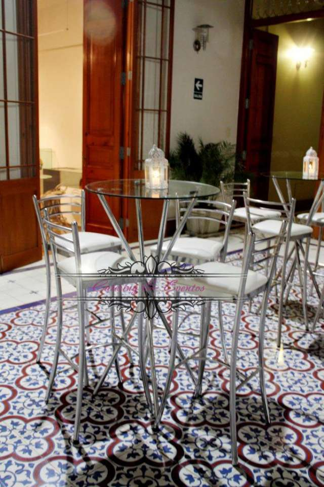 Alquiler de mobiliario lounge para eventos, mesas y sillas altas de bar, salas lounge, barras
