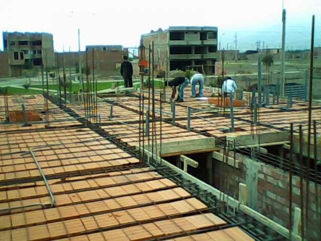 Maestro constructor en puente piedra