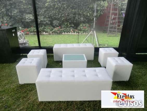 Alquiler de salas lounge, barras capitone, sillas y mesas altas para bar.