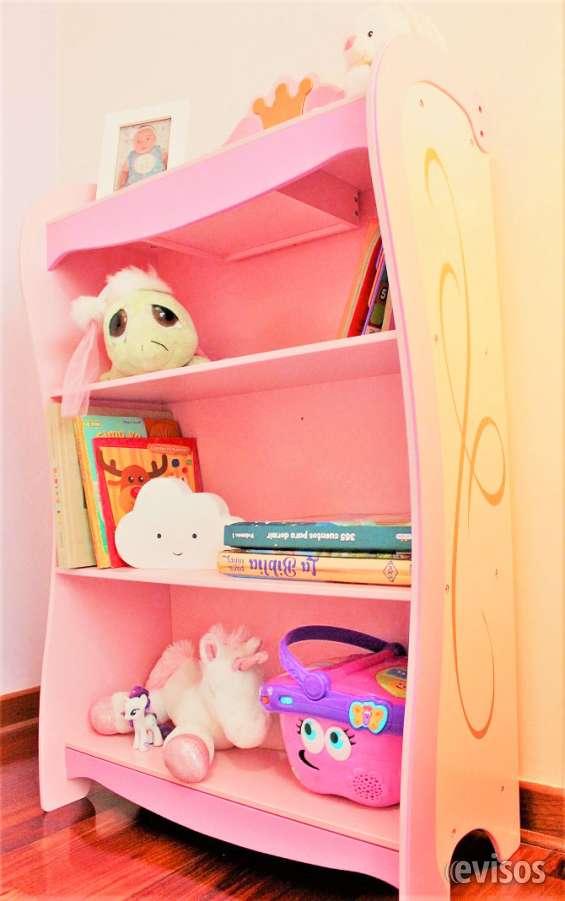 Bookcase princess, importado de usa, material: mdf, medidas: 30 x 62 x 108 cm, con compartimiento secreto.