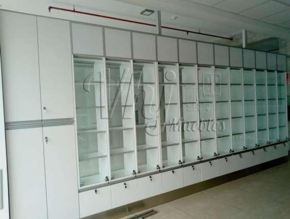 Exhibidor en melamina y vidrio para farmacias