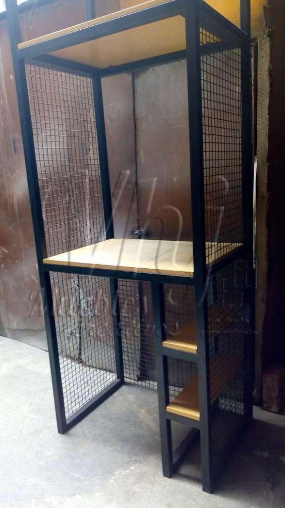 Mobiliario de fierro con tablero de madera